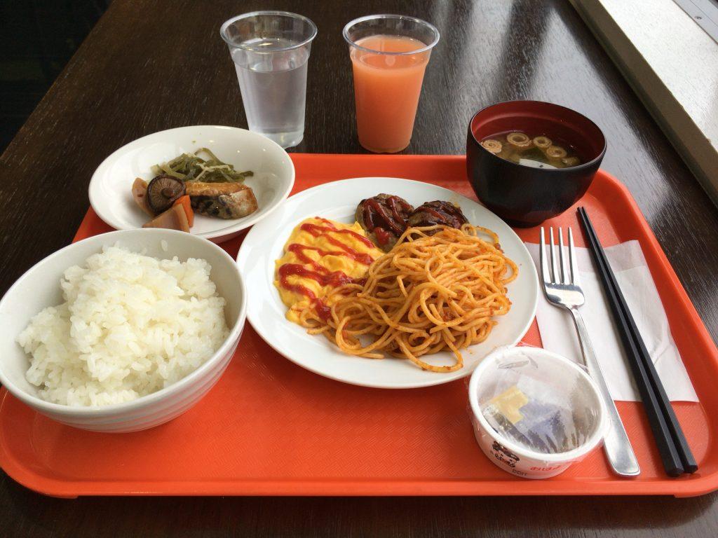 「スマイルホテル沖縄那覇」での朝食。ビュッフェ(バイキング)スタイルだ