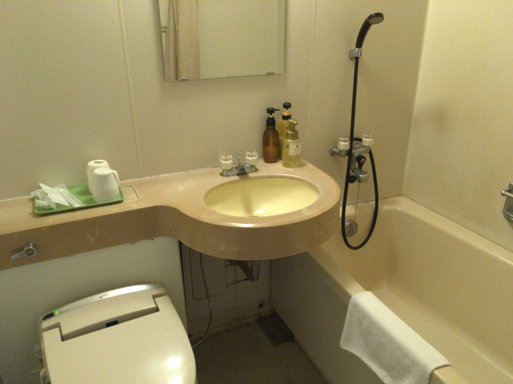 バスルーム。離島でもウォシュレットは当たり前になってきた
