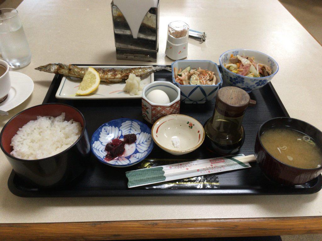 「ホテルガーデンヒルズ」の朝食。サンマが美味い