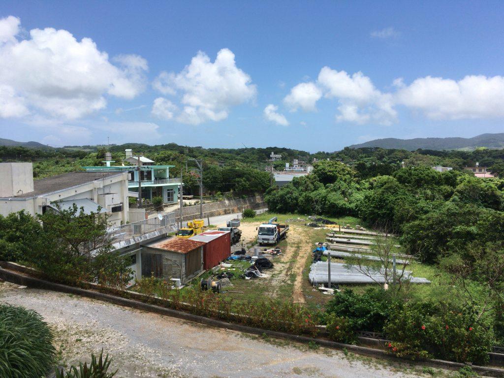 バルコニーから見る久米島ののどかな風景