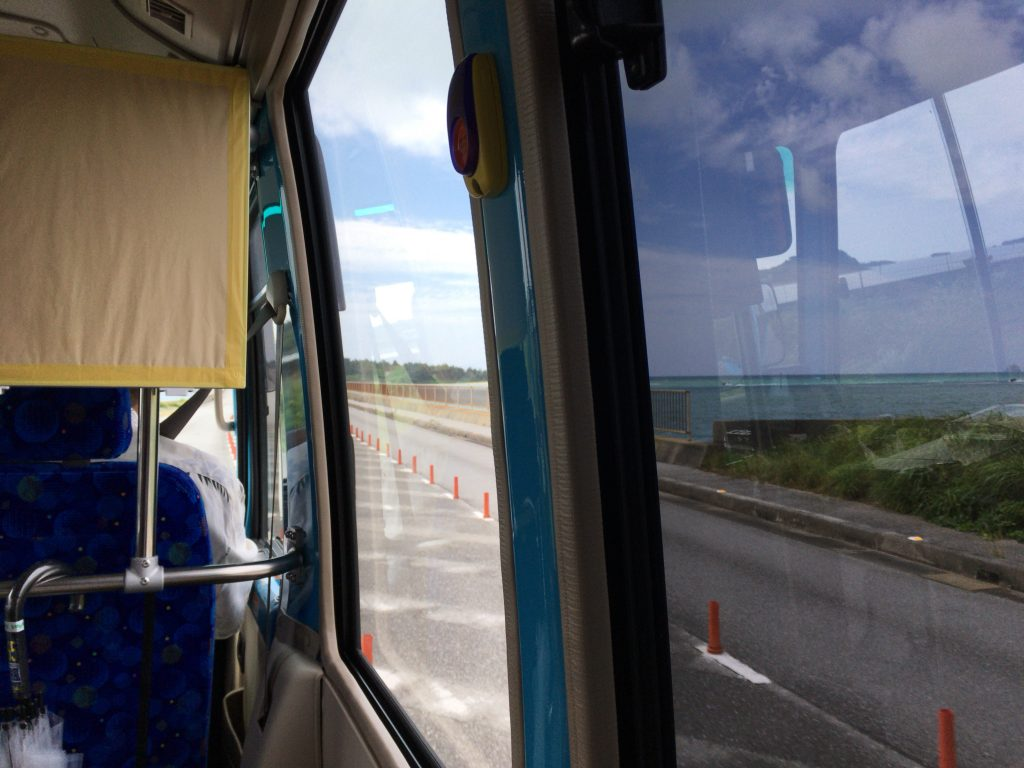 久米島と奥武島を結ぶ新奥武橋を渡る