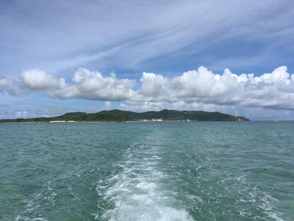 ボートから久米島を望む。ボートからはウミガメも見られる