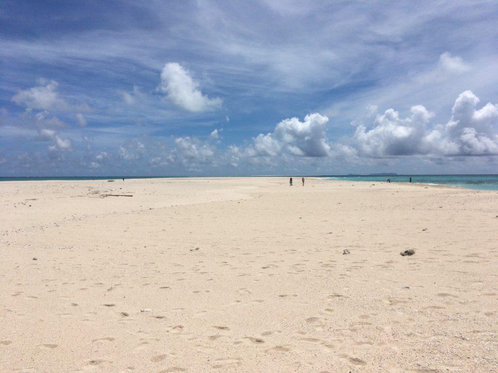 白い砂浜が広がるはての浜