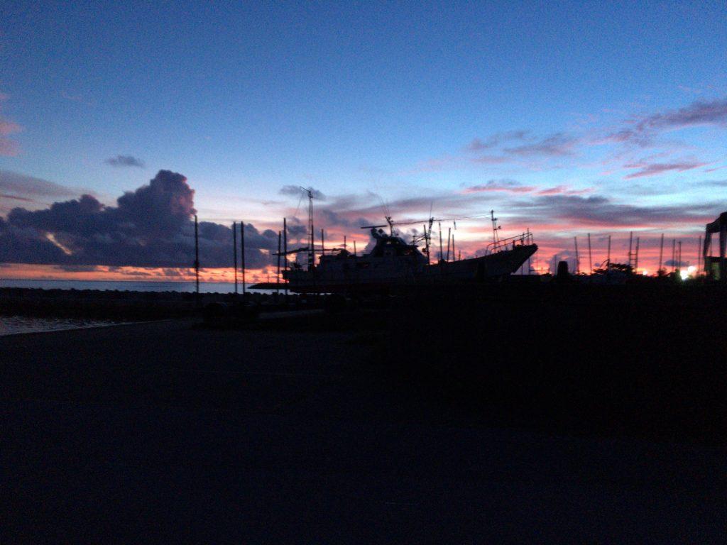 兼城港から見る夕焼け。夏の久米島は夜になってもまだ明るい