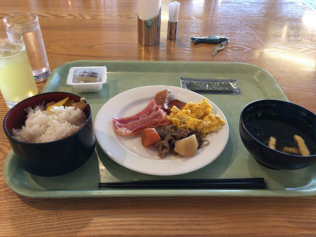 「イーフビーチホテル」の朝食。なかなかの味である