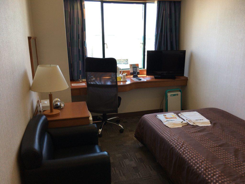 セミダブルの部屋。コンパクトだが一人旅にはこれくらいが丁度良い
