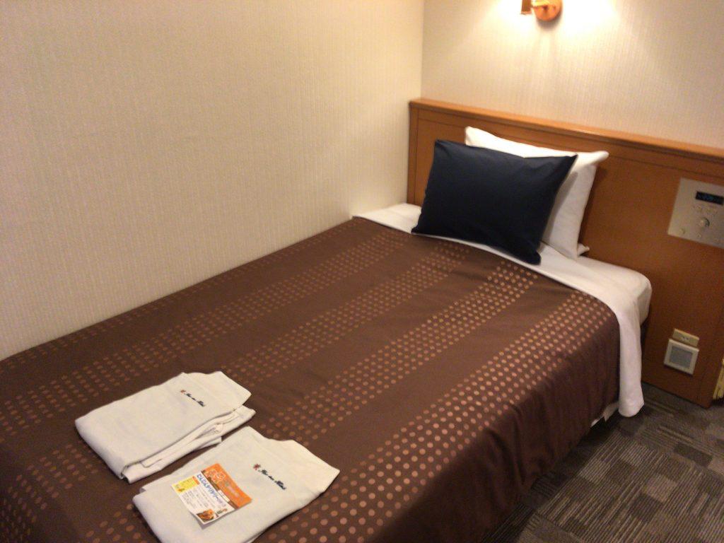 2種類の枕が置いてあるベッド