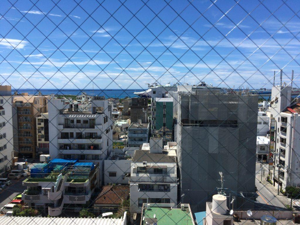 部屋の窓から海(泊港)を望む