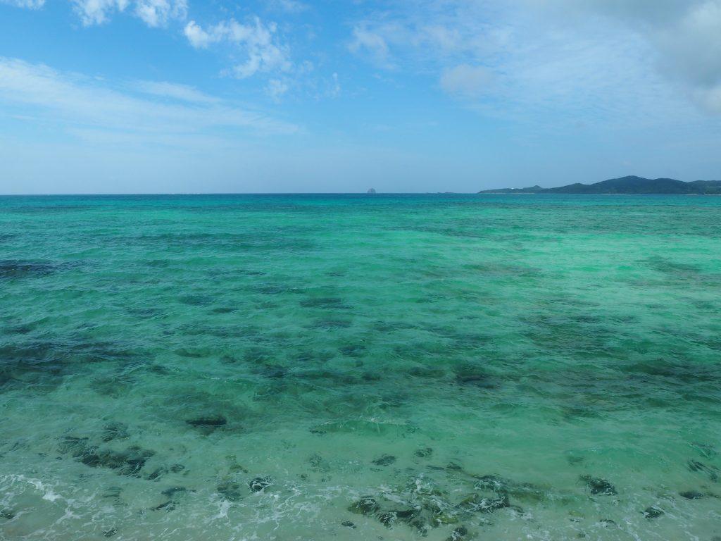 奥武島から見る海。「バスクリン色の海」という言葉を久しぶりに思い出した