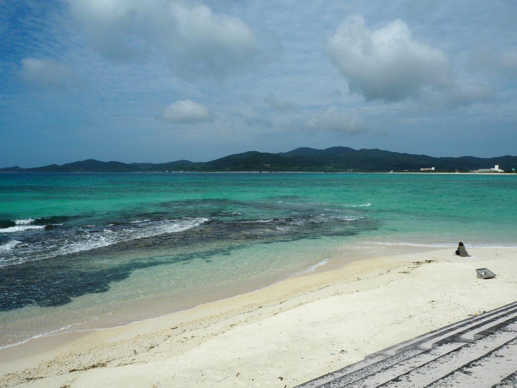 畳石の前には砂浜のビーチがある