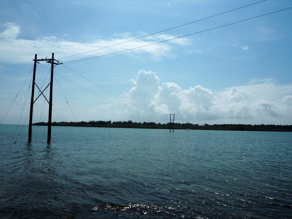 海の中に立てられた電柱がオーハ島へと続く