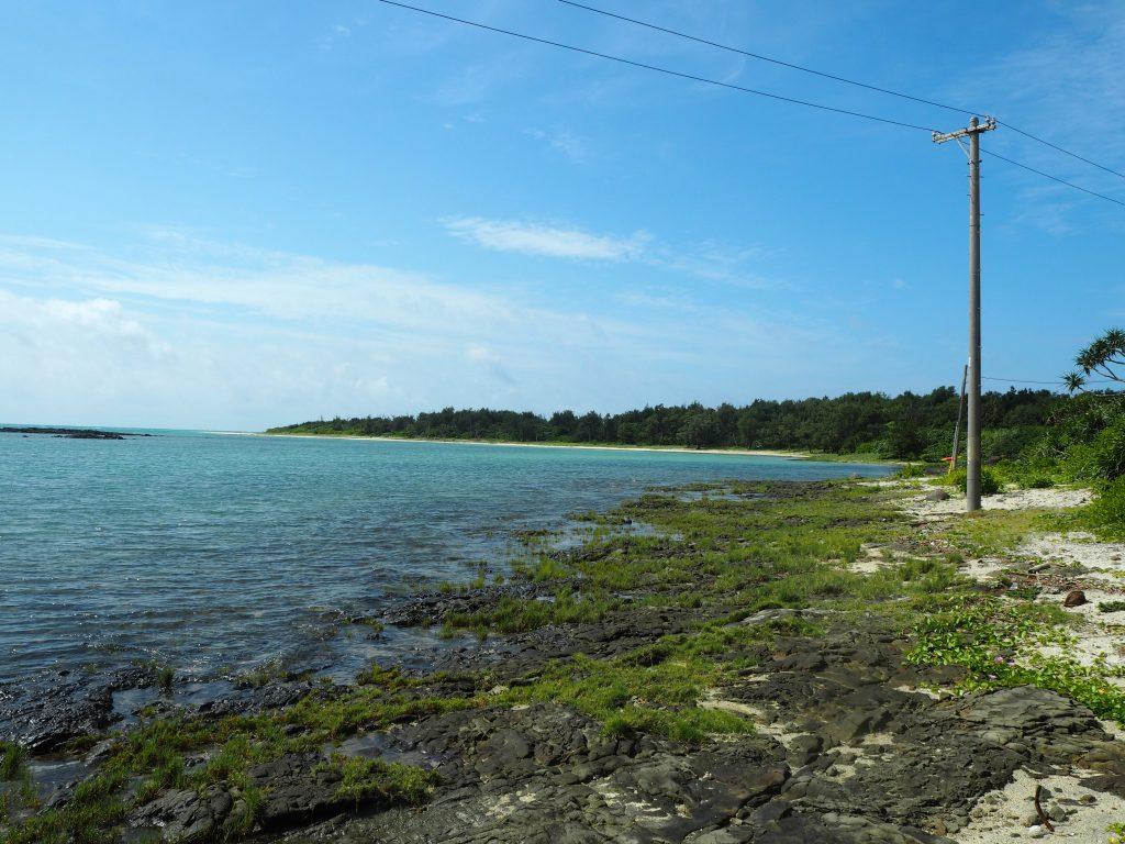 奥武島の奥にある岩の多い海岸。ウミガメの産卵地らしい