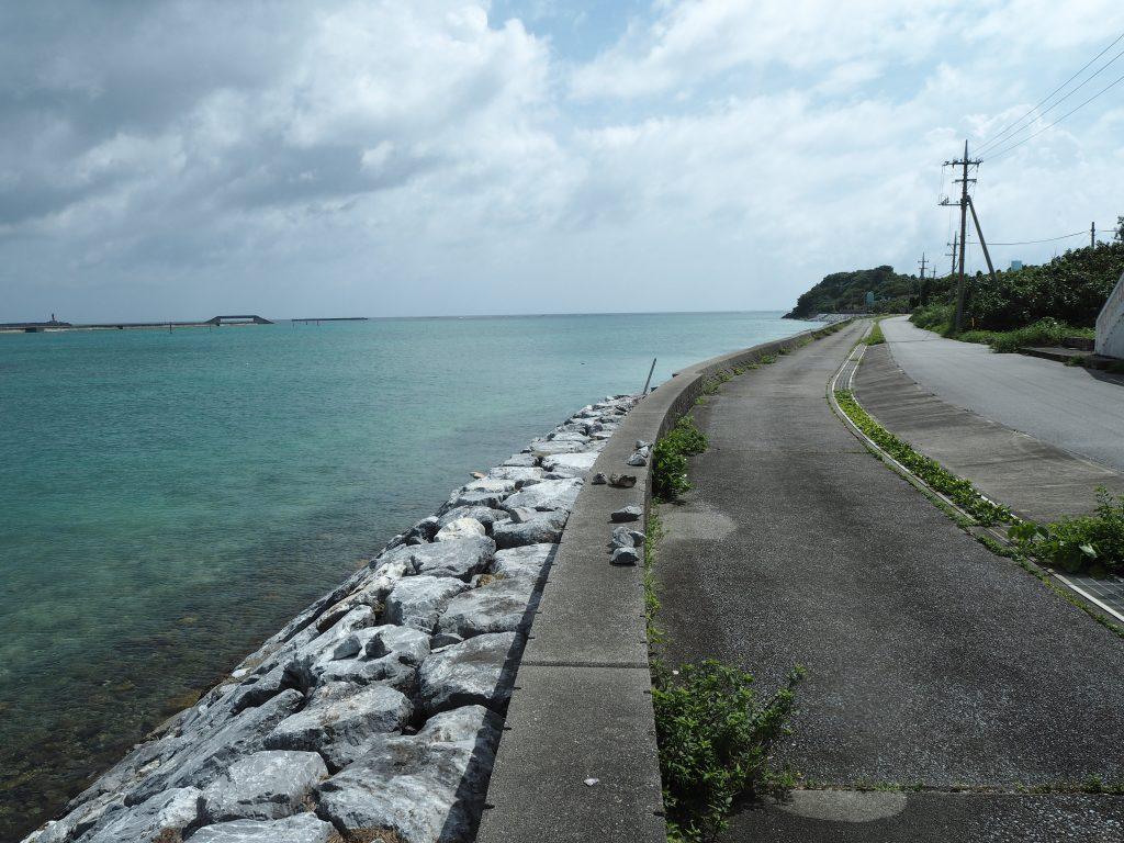 奥武島の海沿い道路。左奥に見えるのが海中の橋