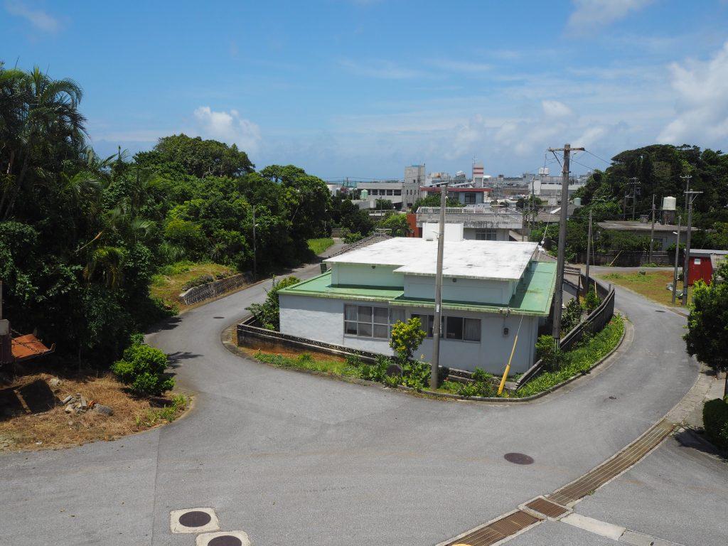 高台にあるお店から久米島の集落を望む