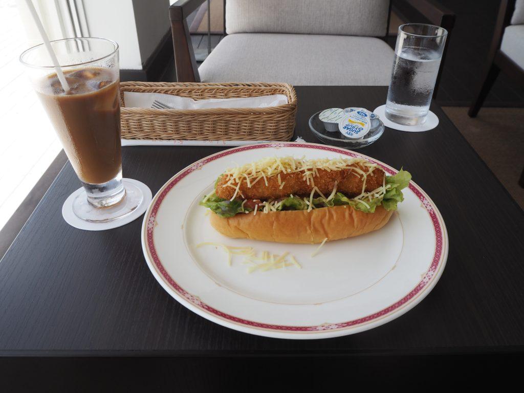 車海老ドッグとアイスコーヒー。久米島グルメと言えばやはり車海老である