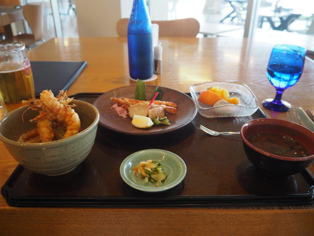 ディナーの久米島特産車海老御膳(3,000円)とオリオンビール(800円)