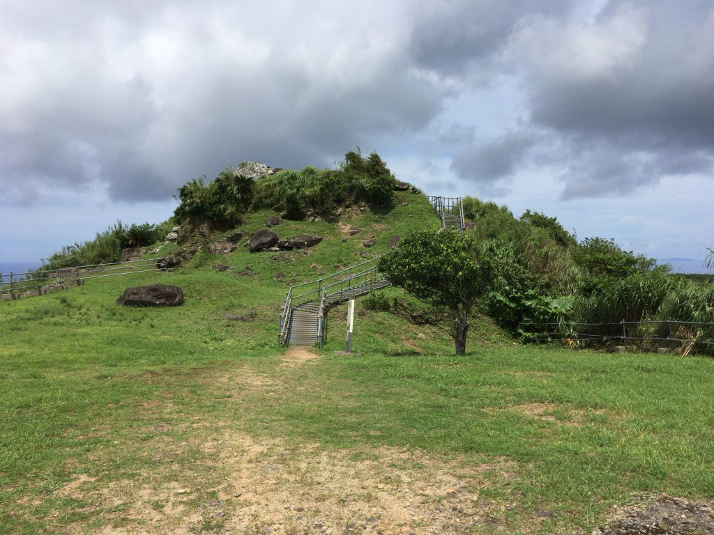 石積みの城壁が残る宇江城城跡