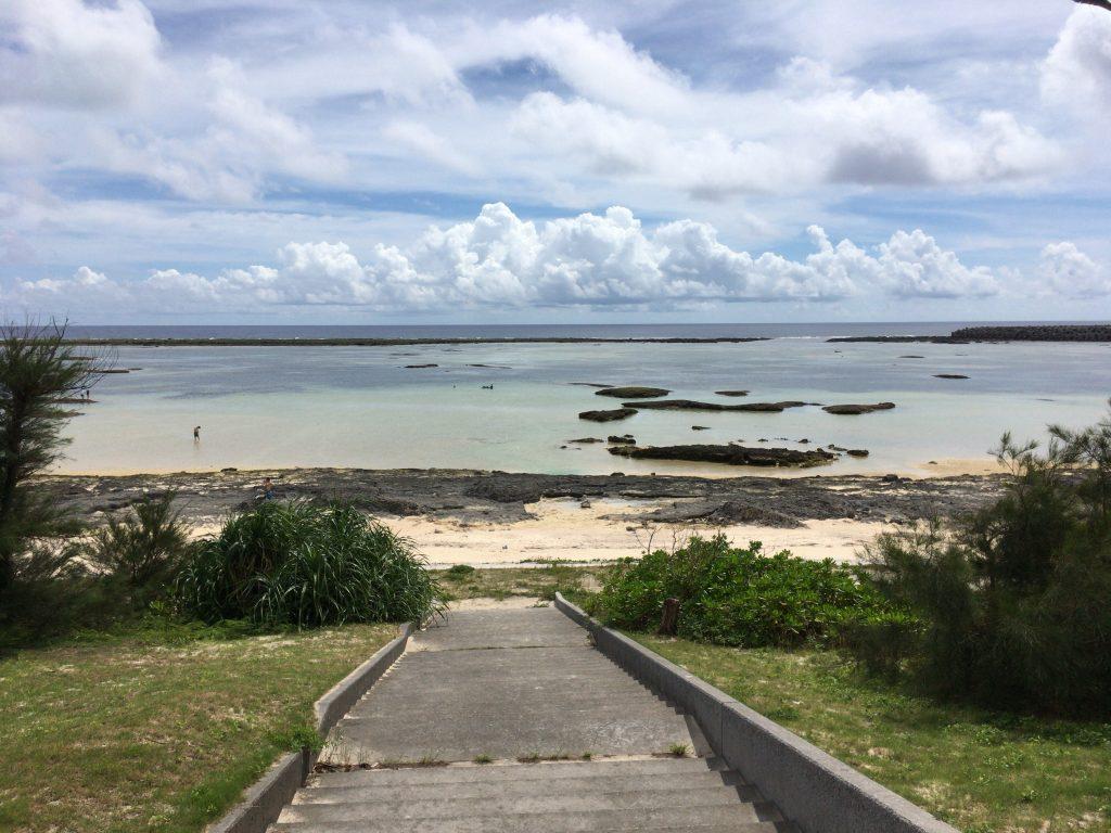 シンリ浜。ビーチの目の前にはサイプレスリゾート久米島(ホテル)がある