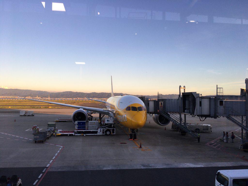 黄色と白が特徴的なスクートの機体