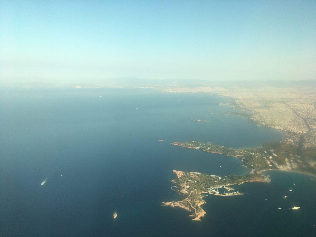 飛行機からギリシャを望む。空も海も相変わらず青い