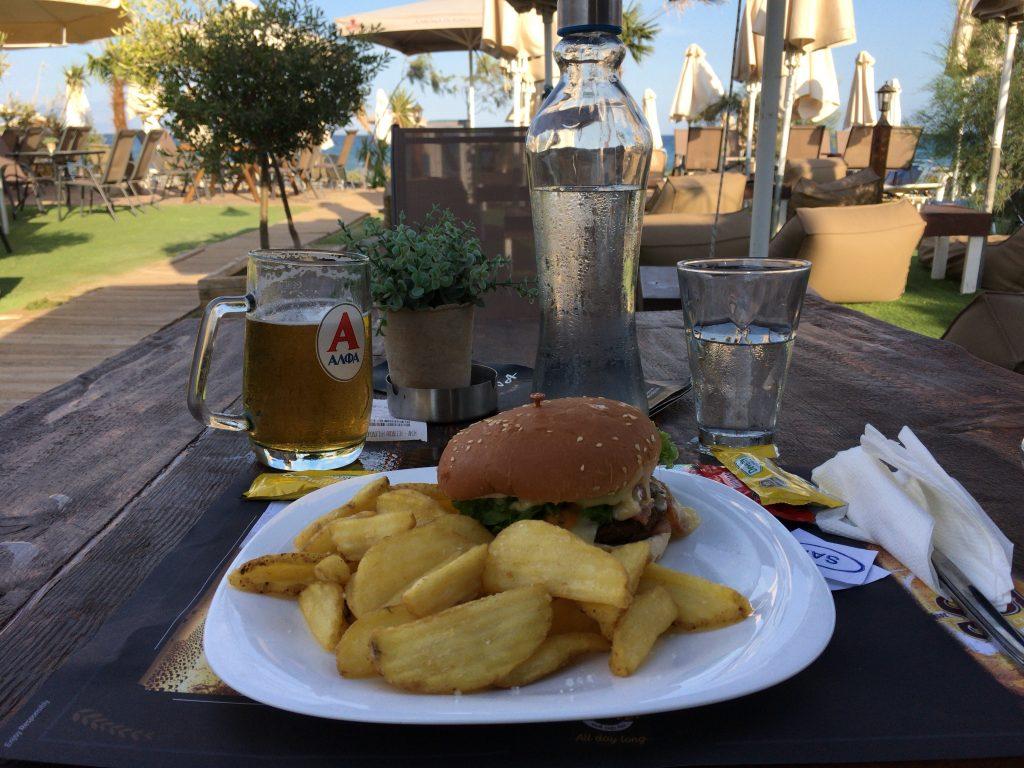 ビーフバーガーとギリシャビールのアルファ