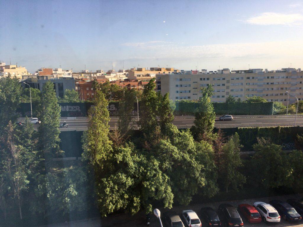 部屋からの眺め。ホテル周辺は住宅街と言った感じ