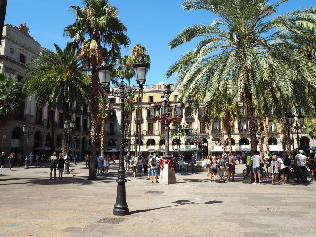レイアール広場。広場を取り囲むようにレストランが立ち並ぶ