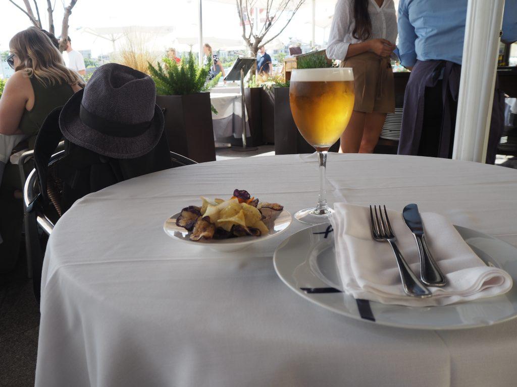 港を眺めながらビールとおつまみのチップスをいただく