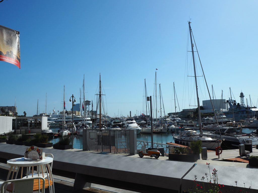 レストラン前の港。ヨーロッパの空は青い