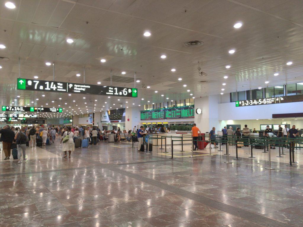 バルセロナ・サンツ駅。空港のような雰囲気