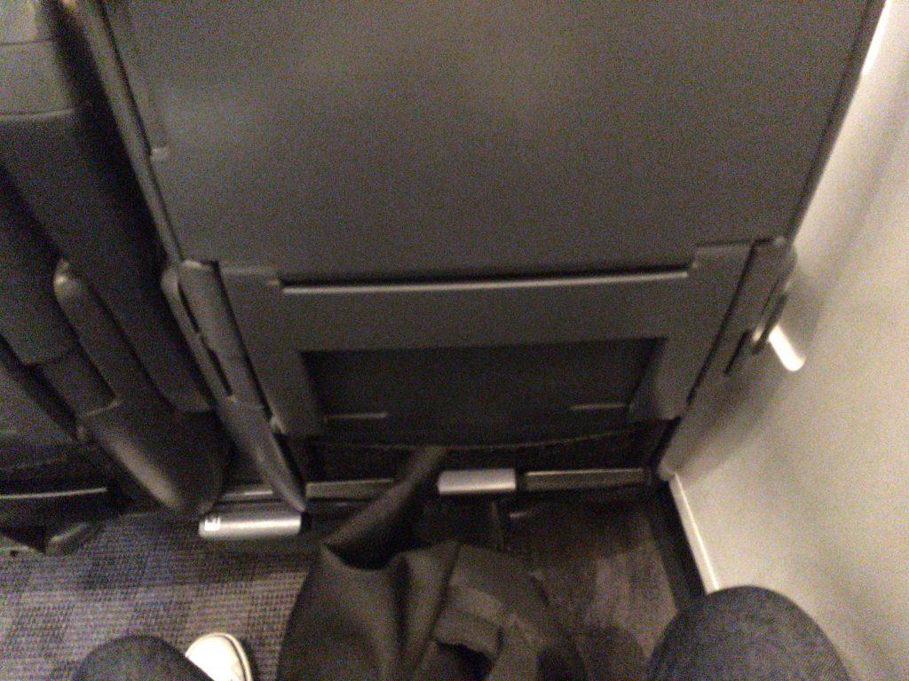 座席前のスペース。大きいリュックや長い足もスッポリ収まります