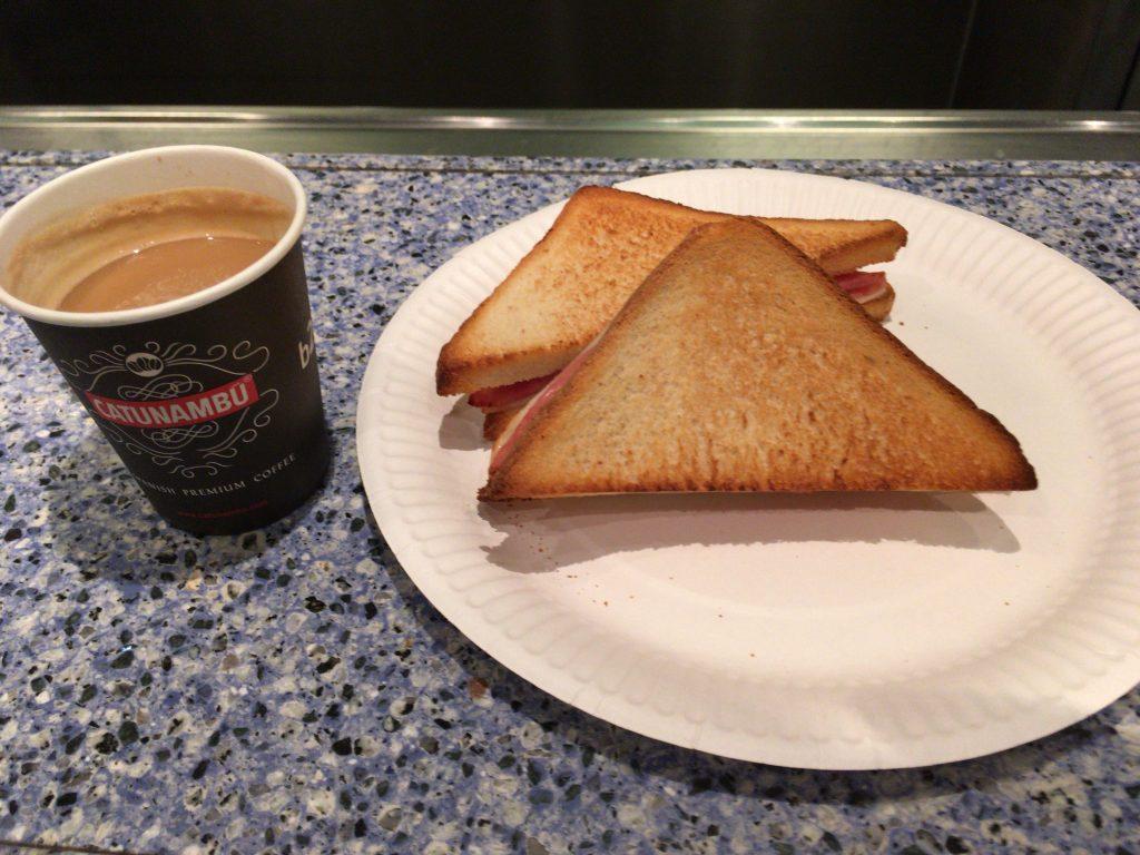 ハムとチーズのサンドイッチとコーヒーのセット(6.3ユーロ)をいただいた