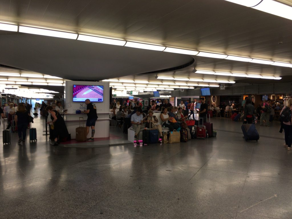 AVE乗り場は案内を待つ人たちで混雑していた