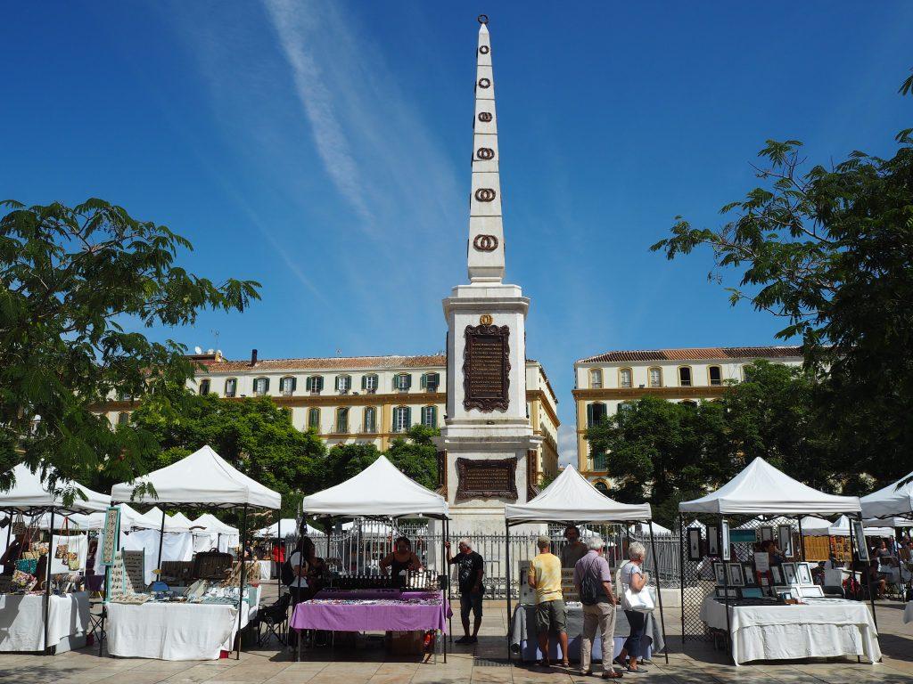 メルセー広場。広場内のベンチにはピカソの像があるので探してみよう