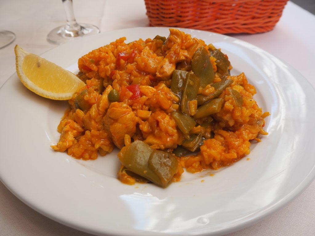 鶏肉と野菜のパエリア(7ユーロ)