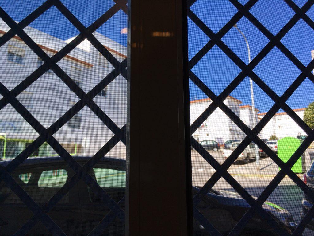 窓からの景色。アンダルシアらしい白と青
