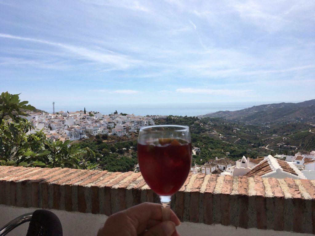 白い村と青い地中海のコントラストに酔いしれる