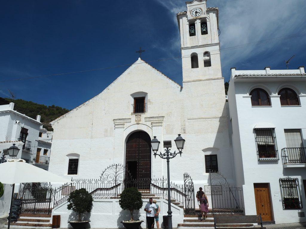 村の中心部にある教会。教会まで白い