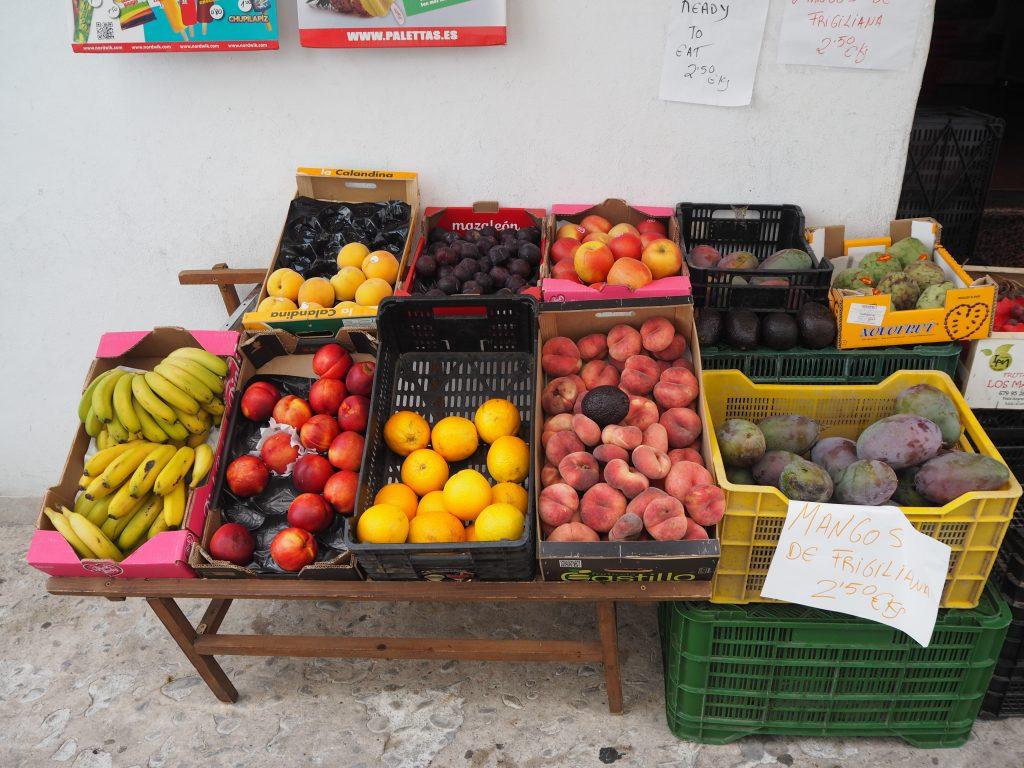 色とりどりの果物屋さん。マンゴー安いな