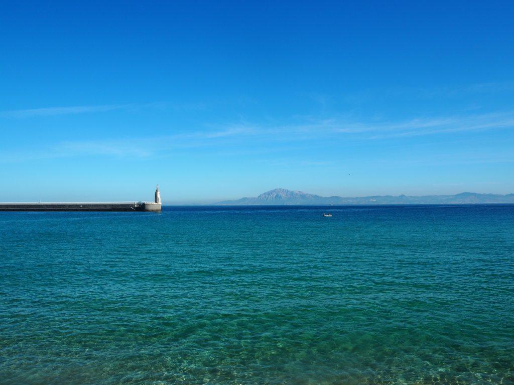波が穏やかな地中海。ジブラルタル海峡を挟んでアフリカ大陸が見える