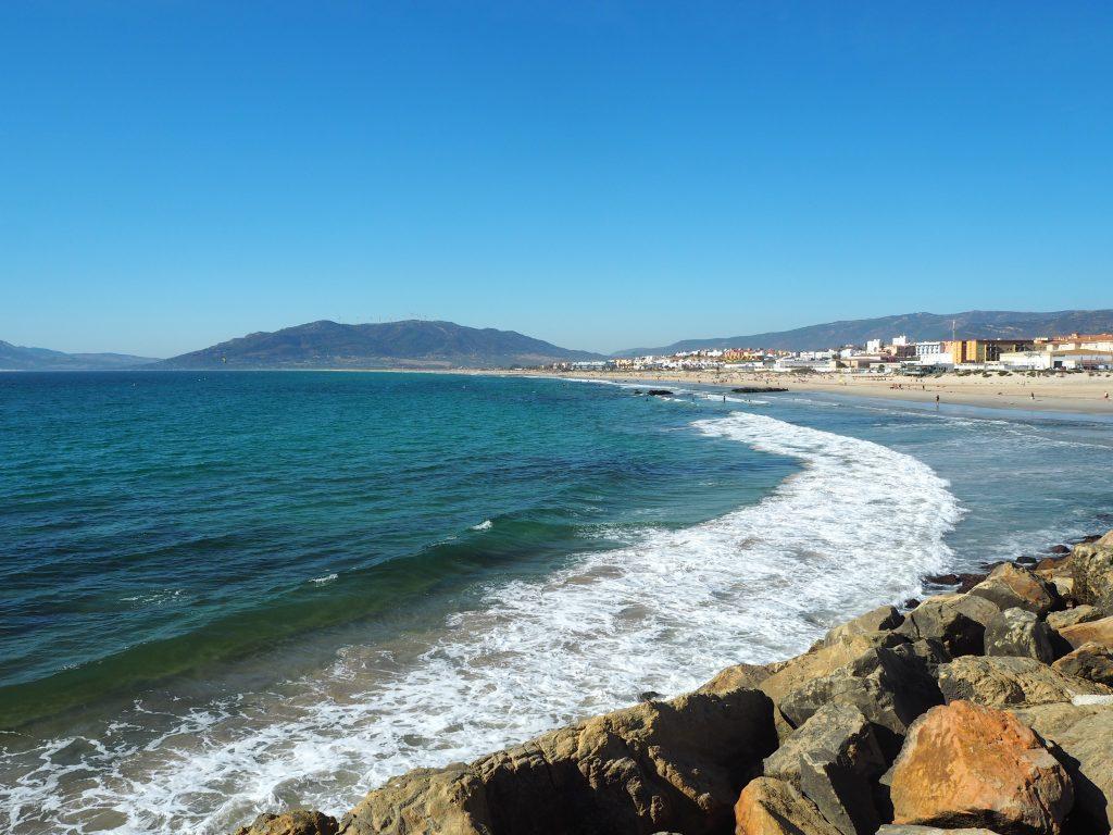 波がある大西洋。砂浜がどこまでも続く