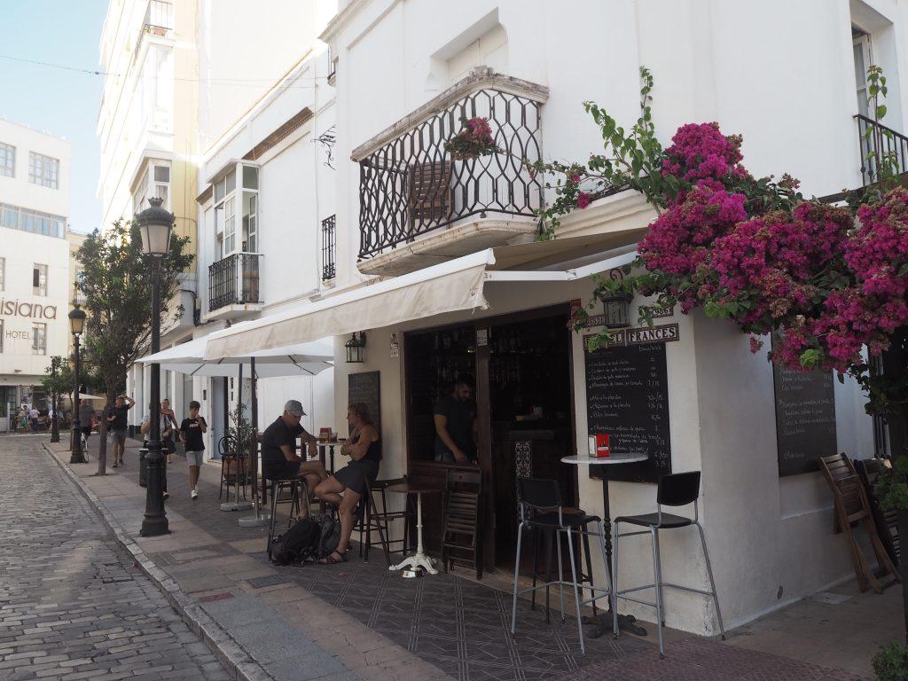 「Bar El Frances」外観。タリファらしい白い建物