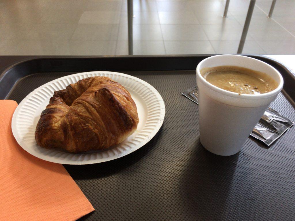 クロワッサンとミルク入りコーヒー。スペイン最後の食事である