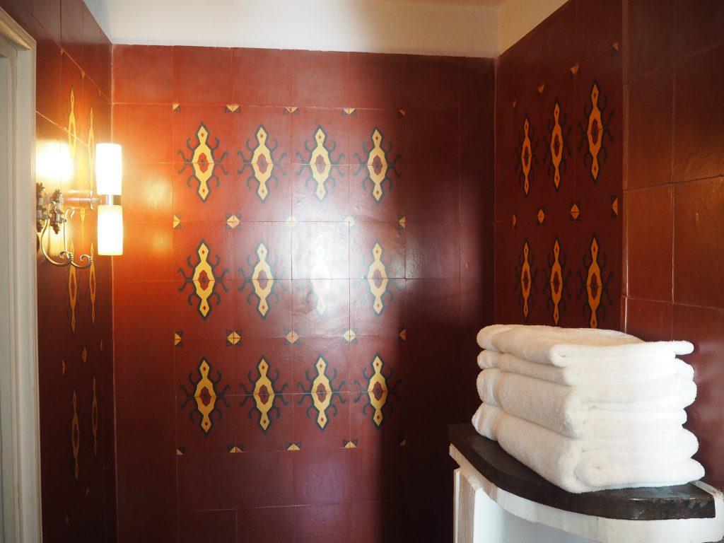 エキゾチックな模様が印象的なバスルーム