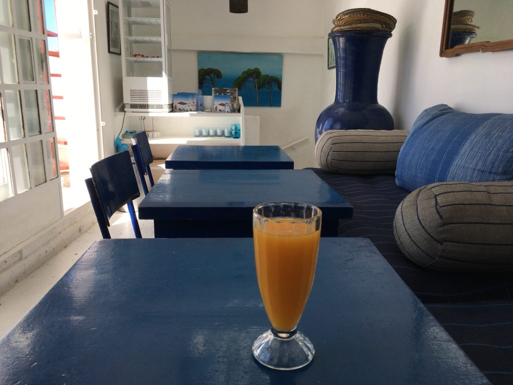お洒落な店内でオレンジジュース(30ディルハム)をいただく