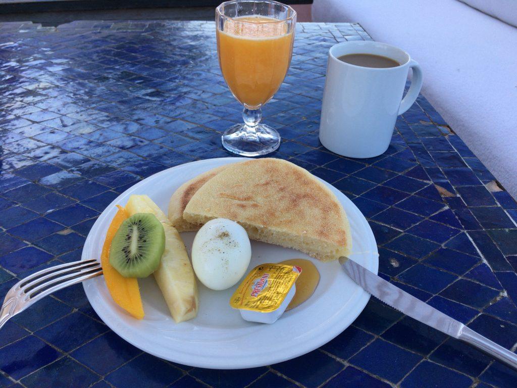 モロッコの朝食と言えばパン。フルーツも美味しい