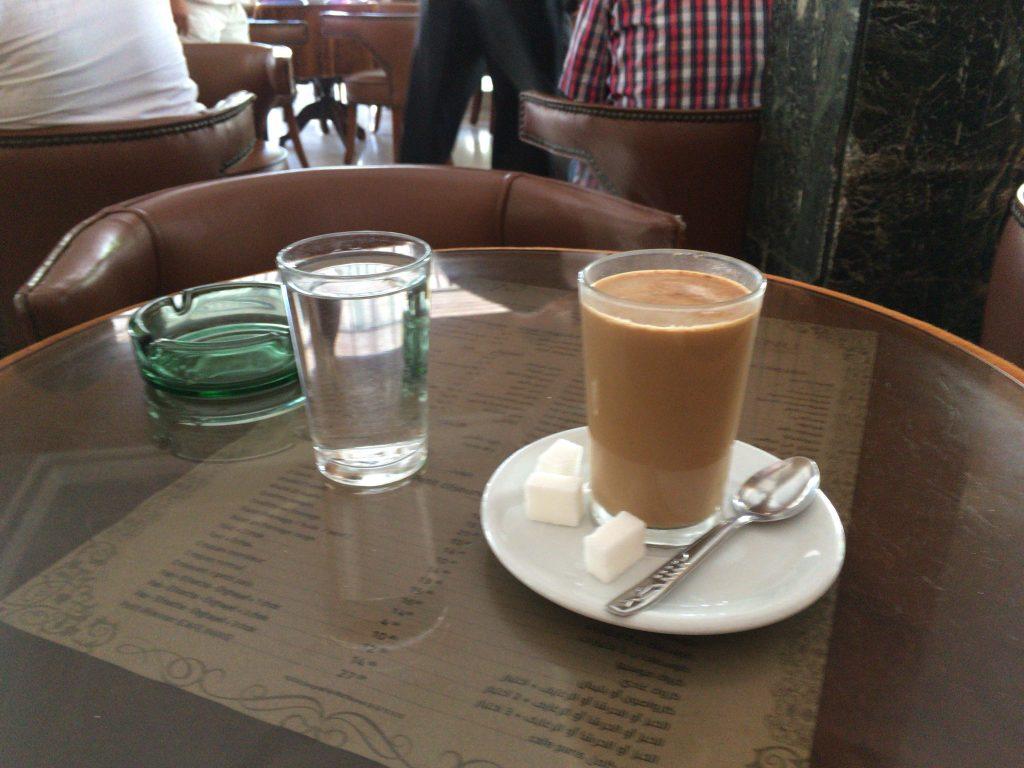 カフェオレ(10ディルハム)。カフェ・オ・レ(café au lait)の発音が難しい