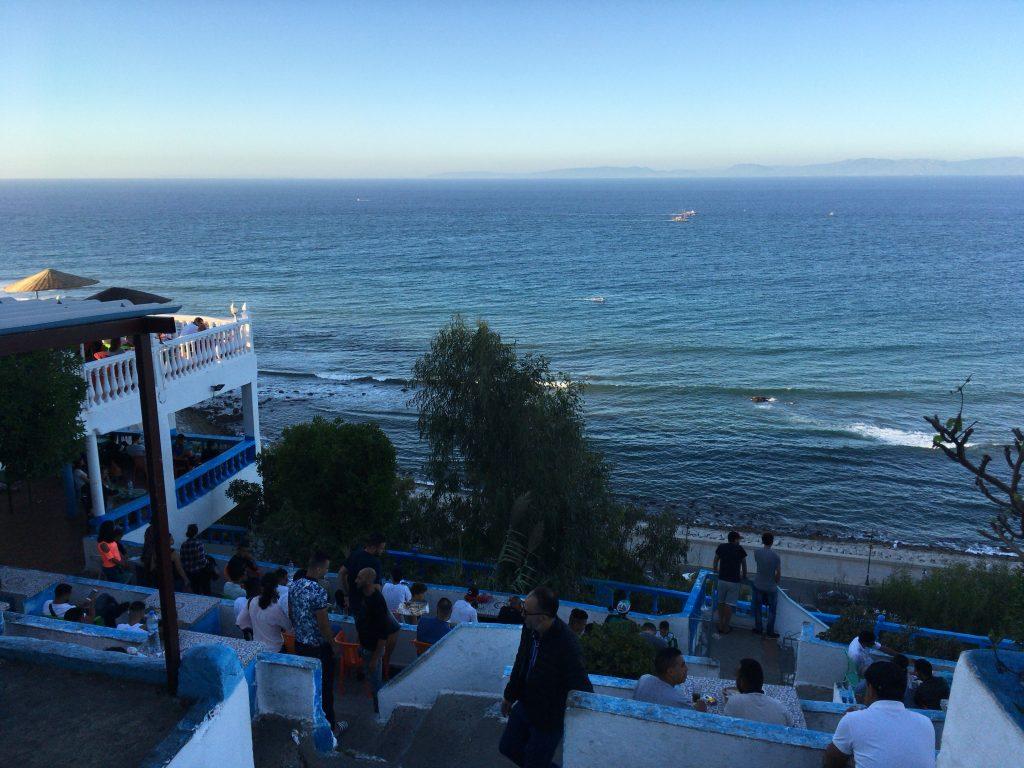 海を望む「カフェ・ハファ」。対岸にはスペインが見える