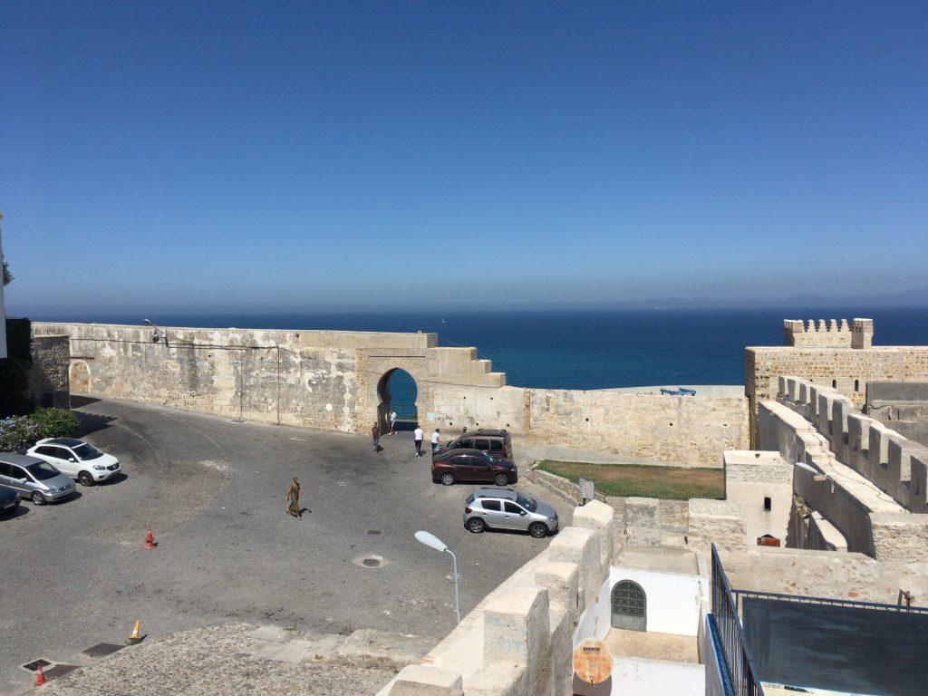 メディナの城壁の向こうにはスペインが見える