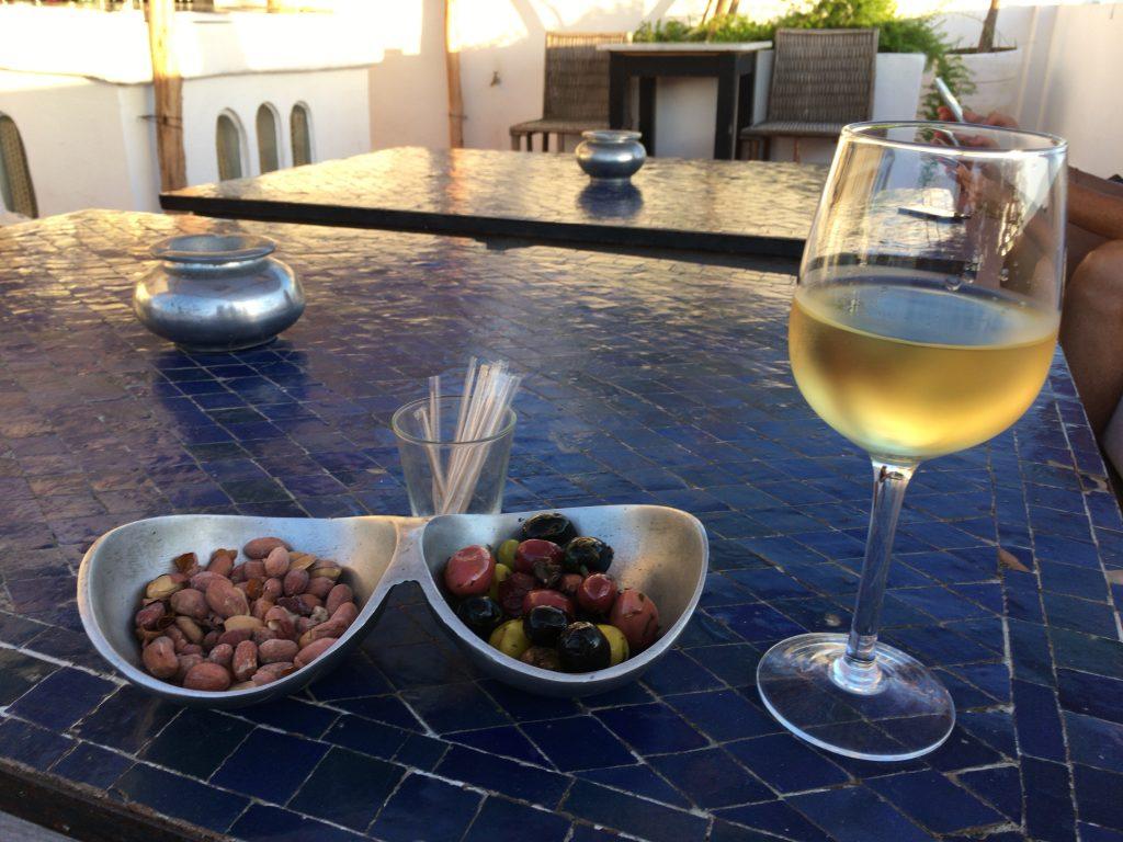 モロッコの白ワイン。オリーブとの相性抜群